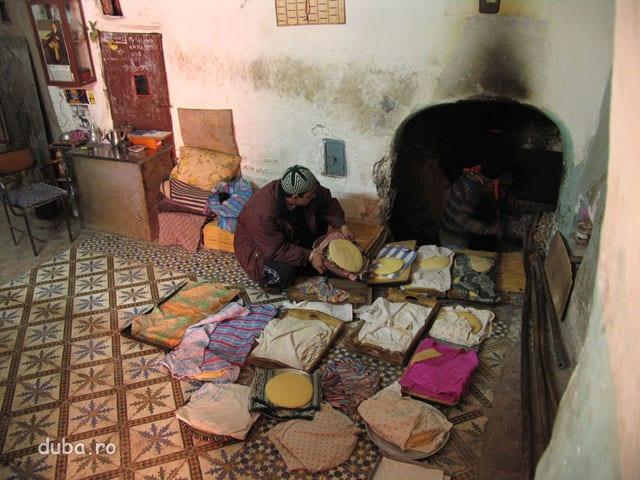 """brutarie in medina - fiecare femei vine cu painea familiei la """"maitre"""" care le coace. """"Maitre"""" stia fiecare paine a carei familii este."""