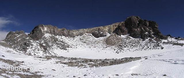 craterul Ojos del Salado, in fata dreapta, e varful - punctul cel ma inalt al buzei craterului. Culoarul si diedrul nu se vad din pozitia asta.