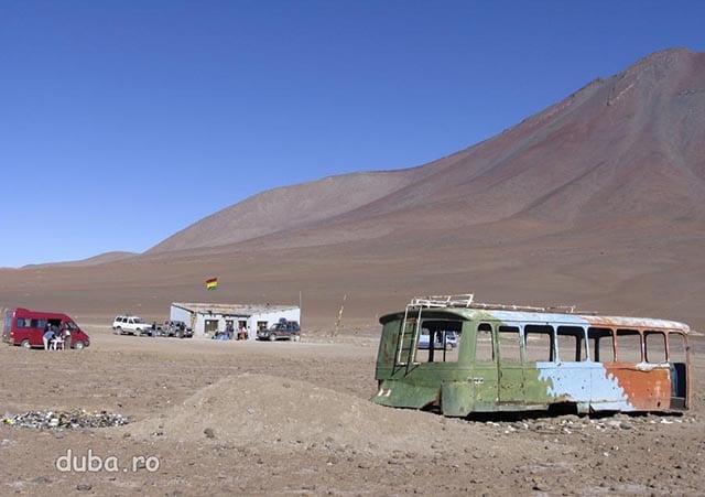 Punct de trecere a frontierei Chile - Bolivia, la poalele lui vulcanului Licancabur. Cladirea alba din spate e postul de graniceri.