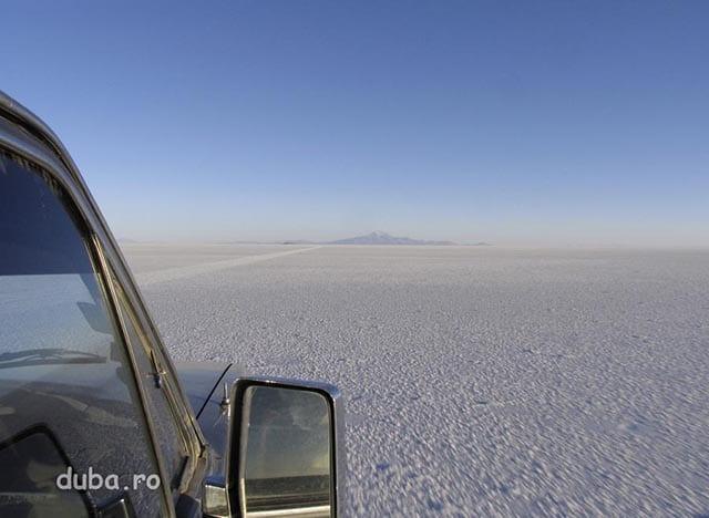 Salar de Uyuni - la 3650m altitudine, cea mai mare campie de sare din lume,