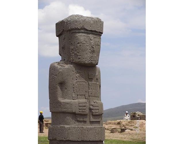 Tiahuanacu - conchistadorii care au ajunns acolo au exorcisat (vezi crucea de pe umarul statuii) o parte dintre statui si le-au ingropat cu fata in jos