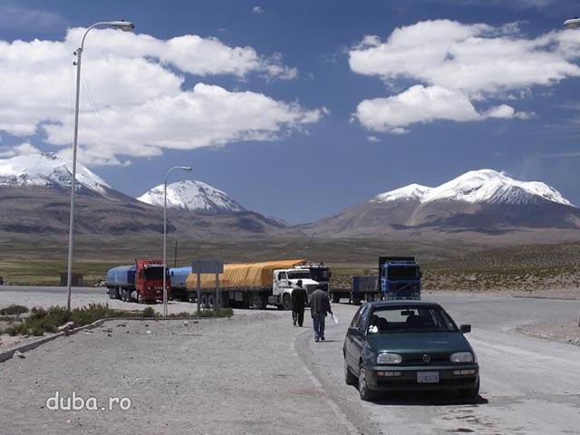 granita Bolivia-Chile, in spate vulcanii Parinacota 6350m si Pomerape 6280m