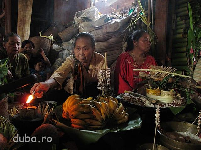 Patati - femeia saman din imagine, citeste mantrele, aude spiritele si le comunica balianilor ce-i transmit acestea si unde sa aduca ofrandele.