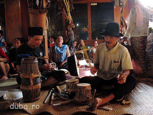 Tobele (babon stanga, kulampat dreapta) si gongul din spate (gendang) dau ritm ceremoniei si satului timp de 6 zile si 6 nopti.