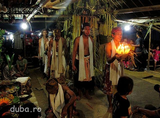 Balianii duc ofrandele spiritelor catre care au fost indrumati de patati.