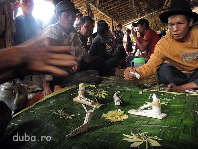 Lingga - cele 2 statuete din faina de orez (stanga barbat, dreapta femeie) sunt reprezentati ai comunitatii. Ei urmeaza sa fie trimisi pe rau impreuna cu alte ofrande pentru a duce zeilor si spiritelor multumirile comunitatii.