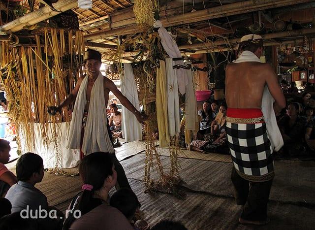 Dansul samanilor simbolizeaza drumul catre lumea spiritelor si spre locurile sacre pentru a duce rugaciunile si ofrandelete. Dansul lor variaza in functie de mantrele citite de patati si se sincronizeaza cu orchestra gamelan. Coregrafia lor are si rol de divertisment, samanii improvizeaza si fac glume adresate publicului.
