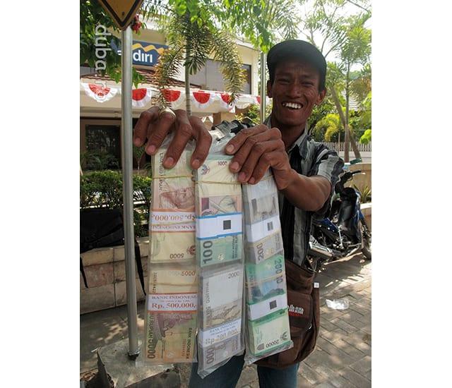 """1.100 rupii pentru 1.000 rupii. De Ramadan """"trebuie"""" sa dai cadouri. In frenezia shopping-ului se cumpara si se vinde cam orice. In Surabaya, din loc in loc trec pe langa vanzatori de bancnote noi. Nu e vorba de modele noi ci de bancnonte nesifonate, care se vand cu 10% mai scump decat valoarea lor. Un vanzator imi spune: copiii nici nu vor sa primeasca bani daca nu arata noi."""
