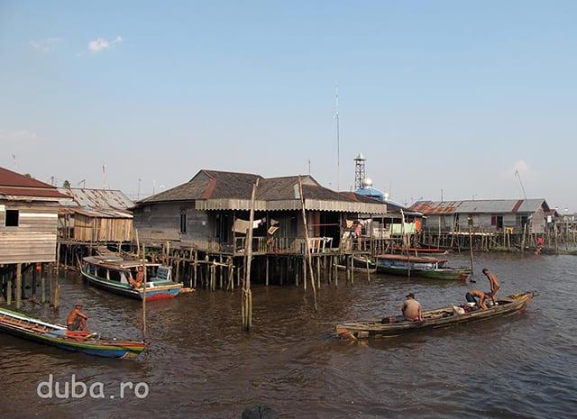 Banjarmasin e situat intr-o zona mlastinoasa, un fel de delta, la confluenta dintre raurile Barito si Martapura. Initial orasul s-a dezvoltat pe malul raurilor care ofereau  - si inca ofera pentru multi localnici - o parte din hrana, apa de baut, cale de transport, canalizare si loc de scalda.