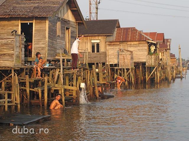Imaginea tipica din fiecare seara si dimineata pe malul raurilor locuite, in Kalimantan. TOATA lumea se spala din cap pana-n picioare.