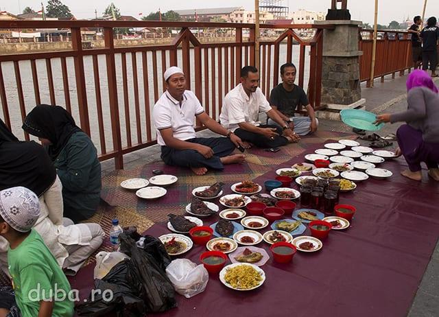 Buka puasa - Pe malul lui Barito, in zona centrala a Banjarmasinului, musulmanii de pregatesc pentru festinul zilnic de dupa asfintit, in perioada Ramadanului.