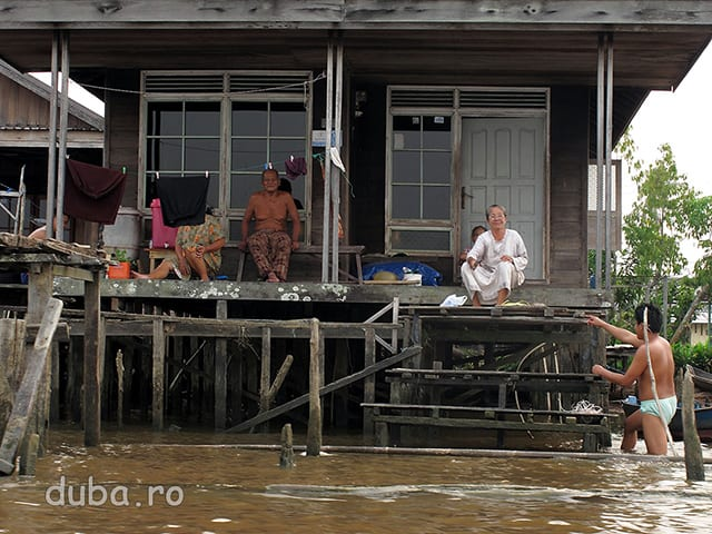 Dimineata pe malul lui Barito, in apropiere de Marabahan. Viata de pe strada sau la strada, tipica in multe sate indonezien,e e inlocuita de viata la rau.