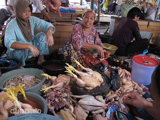 "Ayam kampung - pui de tara, in piata din Marabahan. Si in Indonezia lumea incepe sa aprecieze carnea ""de la tara"" fata de cea din supermarket."