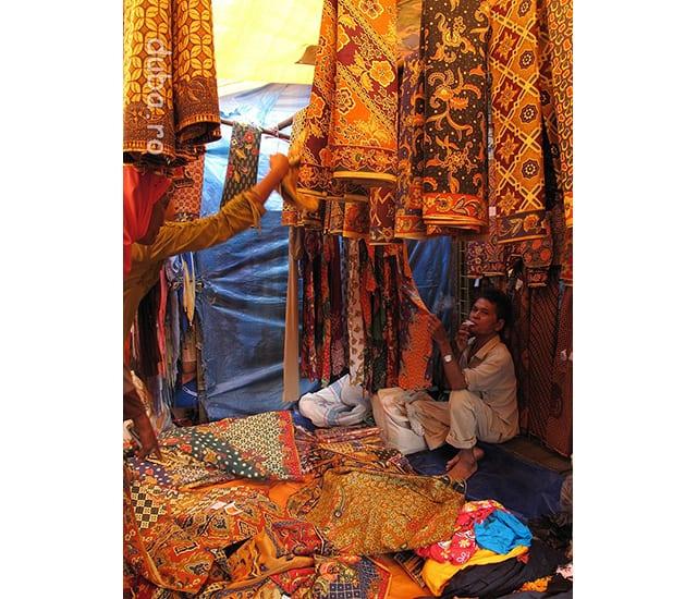 Vanzator de kain sarung - in piata Marabahan. Sarungul e un fel de fusta pe care o poarta majoritatea femeilor de la tara, si uneori barbatii, mai ales cand merg la moschee sau la vreo ceremonie in sat. Cele din imagine sunt designuri pentru femei.
