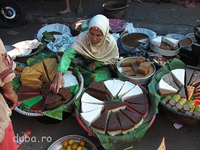 Prajituri pentru Ramadan. In perioada Ramadanului exista piete sau sectoare de piata pentru vanzarea de prajituri: Pasar Wadai.