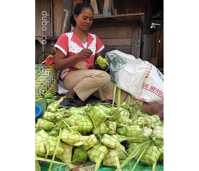 Katupat - este cosuletul verde din imagine, facut din frunza de palmier, in care se firebe / inabuse orez. Katupat este simbolul Ramadanului in Indonesia.