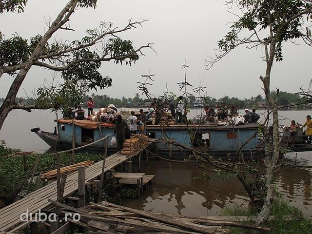 Am luat barca spre Nord, spre Negara, Raul Barito fiind cea mai buna cale de transport incolo.