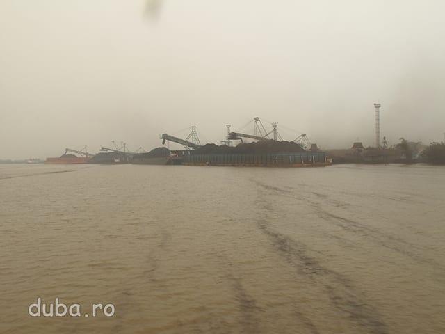 Statie de incarcat carbunele, pe Raul Bartio. Principalele surse de venit in Kalimantan sunt lemnul si carbunele. Ambele aduc profituri mari companiilor exploatatoare (in general straine) bani in bugetul administratiei din Jakarta si un dezastru ecologic pentru localnici.