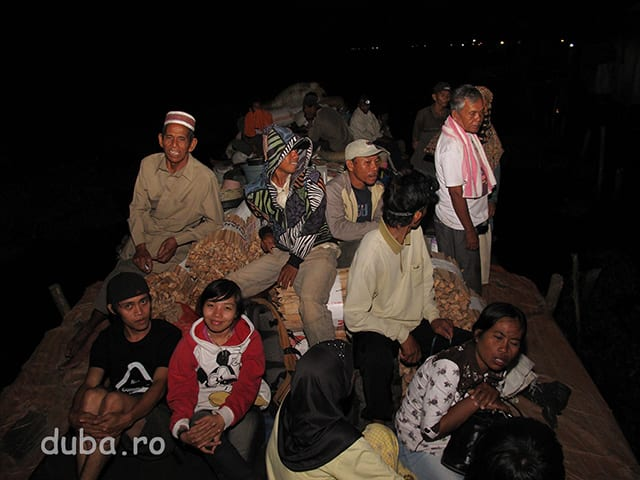 Dupa 12 ore pe barca ajungem in Negara, localitate la Nord de Marabahan. In stanga fata, sunt prietenii de la MAPALA din Banjarmasin: Hary si Wiwent.