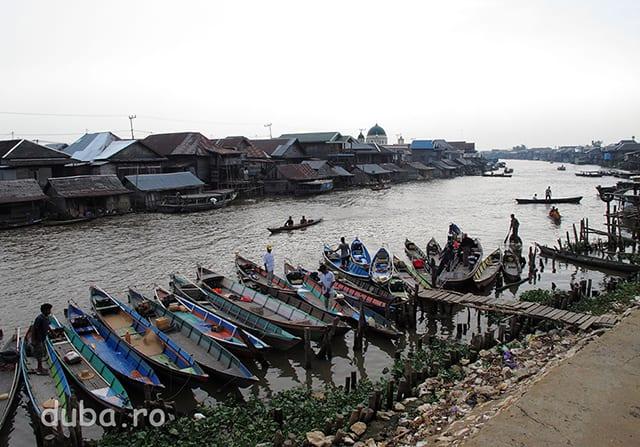 """Negara, """"parcarea"""" de la piata e plina de barcile localnicilor, veniti sa faca cumparaturile pentru Lebaran (finalul Ramadanului)."""