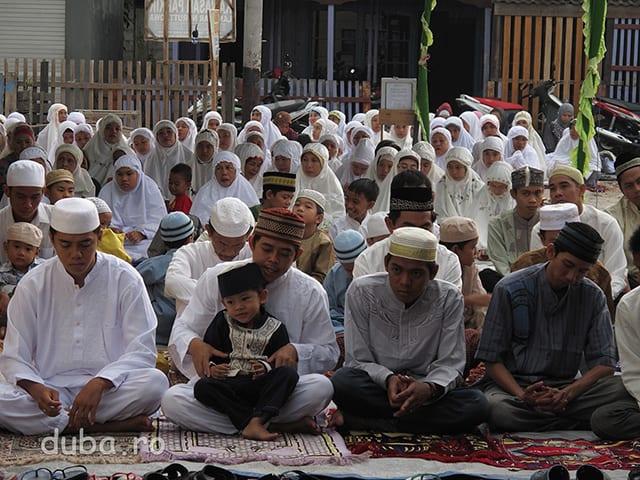 Hari Raya Lebaran - apoape tot satul se aduna la rugaciune (Sholat) in curtea moscheii. Femeile si barabatii nu se amesteca niciodata in curtea moscheii, (si ingeneral la intalnire publice) femeile stau deobicei in spate sau intr-un separeu lateral.