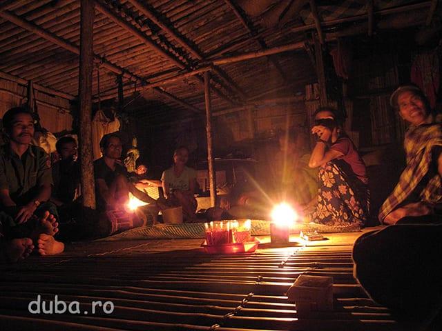 In prima seara mergem la casa unui vecin bolnav (capul din spate stanga) unde alaturi de ceilalti sateni stam la ceai, tigari si povesti in timp ce unul dintre samanii satului le vorbeste spiritelor...