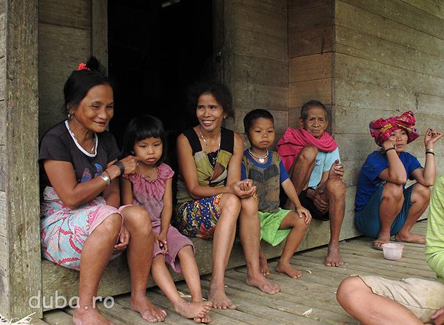 In timpul zilei barbatii majoritatea barbatilor sunt plecati pe ladang-uri sau la padure. In sat raman femeile, copiii si batranii.