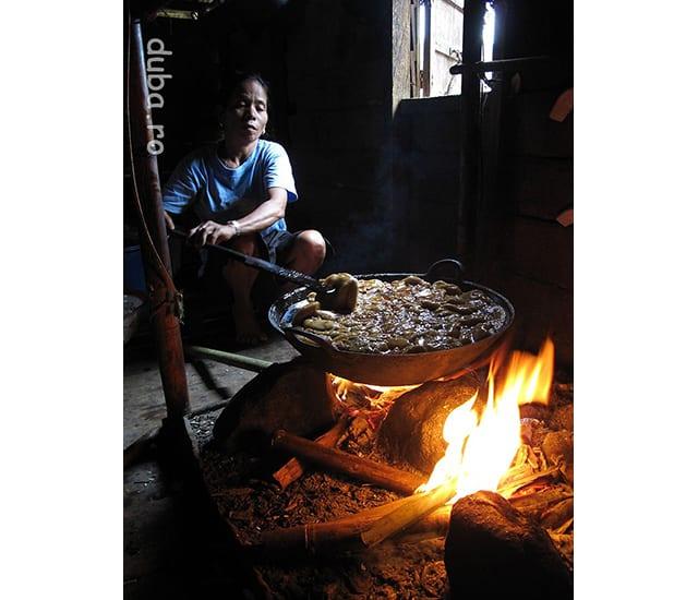 Faina de beras ketan se amesteca cu zahar rosu (zahar de palmier) si xantan (lapte de cocos) si se fierbe cateva ore pentru a face dodol. In functie de sezon, in dodol se mai pune jak fruit sau durian.