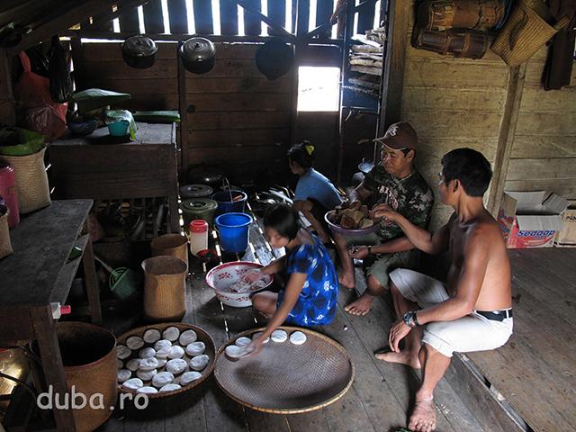 Turte din faina de beras ketan pentru Aruh. Pregatirile care dureaza cateva zile bune decurg intr-un ritm relaxat, fara dead-line...