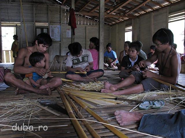 Mai sunt cateva ore pana cand incepe Aruh, toata lumea se implica in organizare. Din bambus sau ratan sunt impletite diverse suporturi pentru ofrandele ce vor fi aduse spiritelor stramosilor si zeilor. In Indonezia am vazut ca, copiii nu deranjeaza oricata galagie ar face, nu sunt trimisi la joaca pentru ca adultii sa-si vada de treaba mai eficient ci sunt prezenti si implicati in ceea ce se intampla.