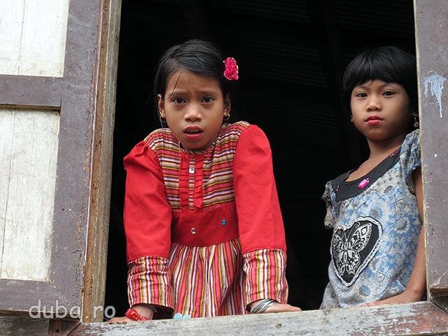 Gatite de sarbatoare doue fete dayace asteapta sa se adune lumea in Balai Desa.
