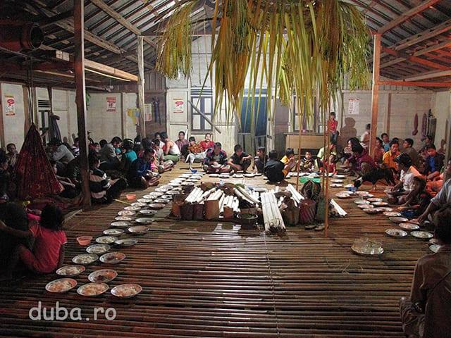 Balai desa e gata pentru ceremonie. In mijloc sunt adunate ofrandele si batoanele de lamang pentru a fi sfintite de samani. Pe margini sunt insirate farfurii cu orez si bucati de carne de mistret si farfurii cu bucati de dodol.