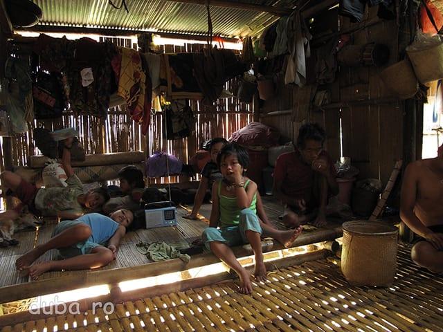 Aceeasi casa, vazuta din locul femeii din imaginea anterioara. Mai nou, cei mai gospodari, acopera partea de casa care este folosita pentru dormit cu tabla, ca sa nu trebuiasca sa tot repare acoperisul. O casa din bambus este folosita vreo 5 ani dupa care este parasita. In general, in casele indonezienilor de la sate nu exista dulapuri, dar nici prea multe lururi de pastrat. Ceea ce au tin atarnat sub tavan, gramada pe jos, sau in cutii din carton.