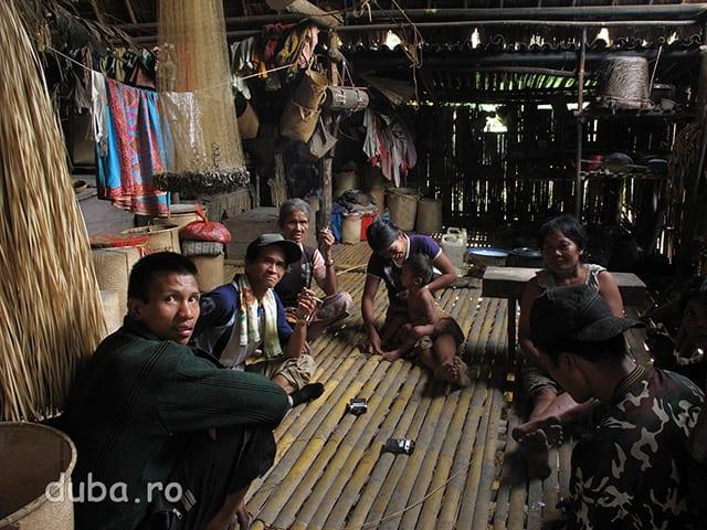 In Paniti Rangang suntem primiti cu pastrama de cerb si aducem tigari, baterii si vesti. Nu inteleg ce vorbesc intre ei, dar imi place sa-i urmaresc cum isi impartasesc stirile...