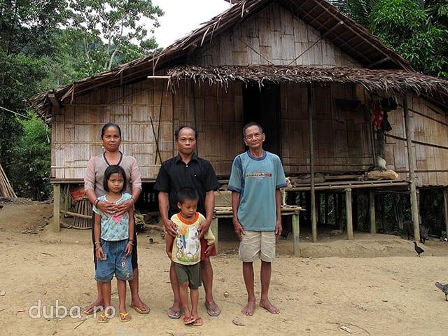 """Kepala Kampung din Batu Sebigi (in mijloc). Cand le-am zis ca vreau sa la fac o poza, s-au dus repede in casa, s-au tras la haine bune, si-au aranjat frezele si """"click!""""."""