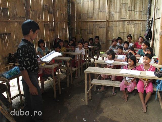 In Bincatan, un catun cu 10 case, mai in aval de Juhu si Batu Sebigi, satenii au constrit o scoala din banii primiti de la o asociatie crestina. La scoala cu 2 clase preda unul dintre baietii din Bincatan, care a facut liceul in Java. Cu ceva timp in urma, orele le tinea un misionar malaezian.