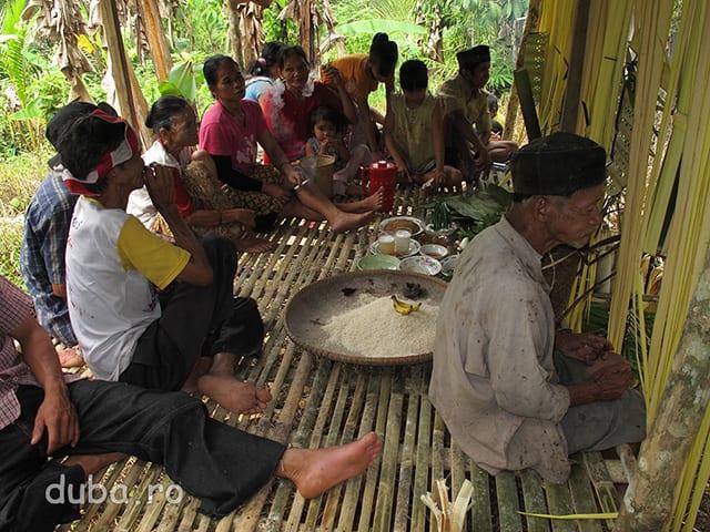 In apropiere de Kyu, un catun de la poalele lui Meratus, are loc o ceremonie pentru pregatirea deschiderii unui ladang. Samanul comunitatii (in dreapta) cere suportul spiritelor si zeilor. Fiecare etapa a cultivarii orezului, defapt fiecare eveniment important pentru comunitate, de genul construirea unei case noi sau deschiderea unui ladang sunt marcate de cate un Aruh.