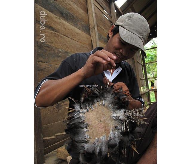 Confectionarea unui piston pentru forja. Dintr-un par (bratul) o bucata de coaja de nuca de cocos, fulgi de gaina si sfoara de ratan, se face un piston pentru forja folosita la calitul parangei (macetei), unealta de baza la padure si la deschiderea unui ladang. Aici, daca omu are o paranga, restul se procura din padure. La Aruh pentru deschiderea unui ladang se prezinta toate etapele lucrarii, si fiecare e sfiintita in parte.
