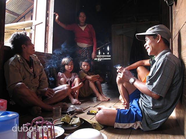 La gazdele mele din Juhu au venit 2 dintre samanii comunitatii (in prim plan). Nevasta lui Pa Atma (in fundal) e gravida si samanii urmeaza sa cheme zeii in ajutor pentru a se asigura ca totul va decurge cu bine.