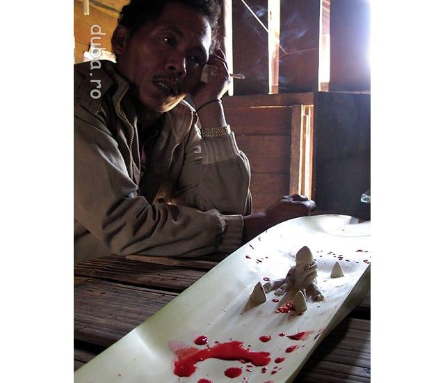 Capul samanilor din Juhu le vorbeste spiritelor si zeilor, cerandu-le sa vegheze si in continuare asupra casei lui Pa Atma.