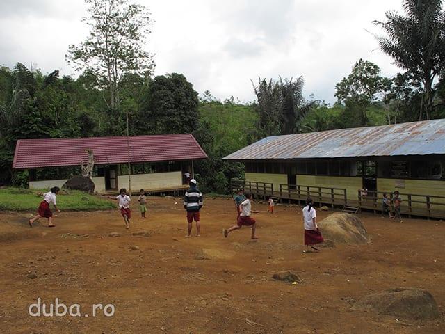 De curand in Juhu sa construit o scoala primara de stat. La cele 6 clase (sc primara in Indonezia dureaza 6 ani) predau cand apuca 2 tineri din Juhu, care au absolvit liceul.