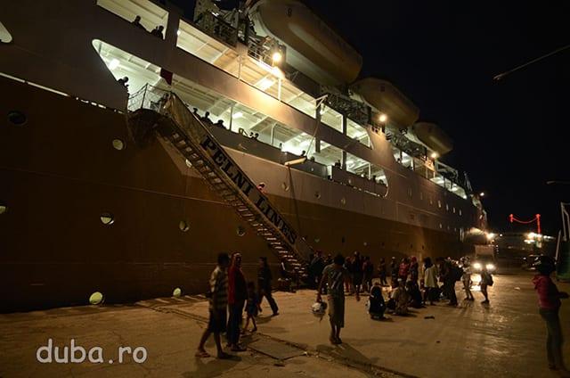 In portul din Surabaya luam vaporul spre Ambon. PELNI – este compania nationala de transport maritim care leaga aproape toate insulele mari din Arhipelagul Indonezian.