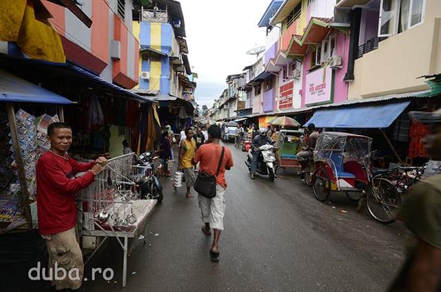 Cartierul Batu Merah (Piatra Rosie) de langa unul dintre porturile din Ambon. Peste zi este un mega bazar cu magazine si tarabe intinse pe multe strazi. Noaptea, cu o gramada de cluburi de karaoke si hoteluri ieftine, Batu Merah este centrul de prostitutie al provinciei.