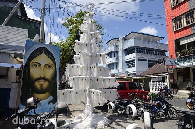 "O strada in Ambon. ""Bradul"" din hartie cerata si posterul cu Isus marcheaza cartierul de crestini si Craciunul ce deabia a trecut."