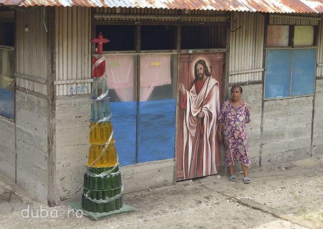 """""""Bradul"""" de craciun arata ca suntem intr-unul dintre satele crestinilor de pe Haruku. In tot Malukul nu cresc barzi si cu siguranta locuitorii de la sate nu au vazut un brad decat poate la televizor, asa ca conul din sticle cu zeama colorata e foarte brad aici."""
