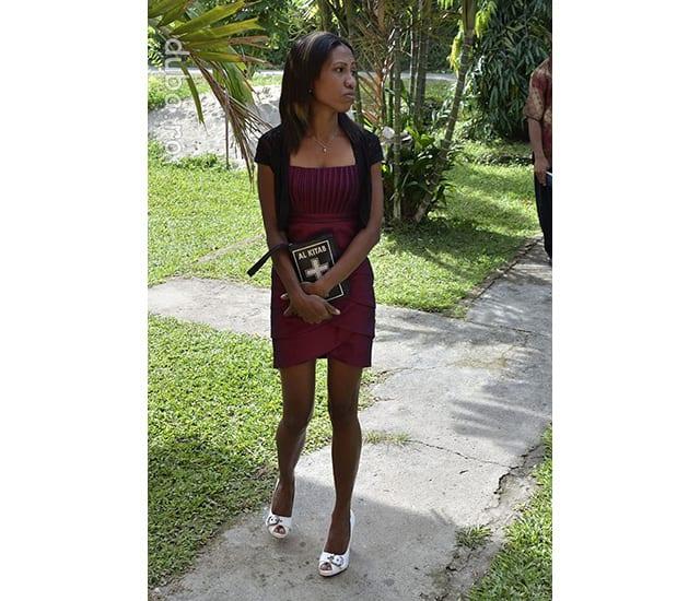 O enoriasa din Kariu vine la slujba de duminica. Mi-a placut la biserica din Kariu ca toate fetele erau gatite cu mini si pantofi cu toc pentru intalnirea cu Dumnezeu si baietii din sat.