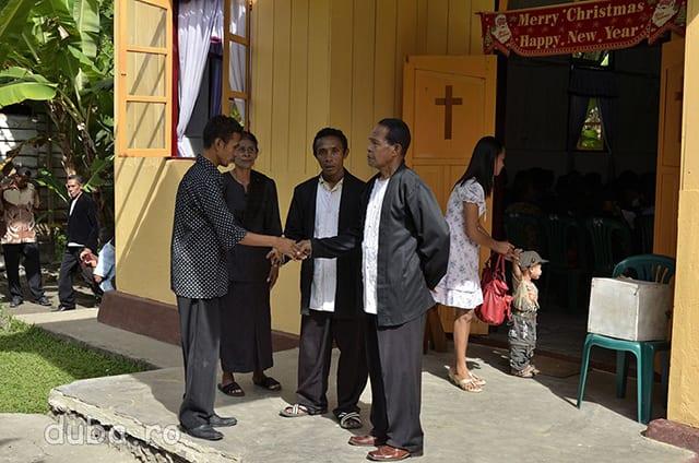 Pastorul si asistentii lui ii intampina pe enoriasii ce vin la slujba. La intrarea in bisericile de aici am vazut frecvent inscriptii in engleza, desi nimeni nu pare sa inteleaga engleza.