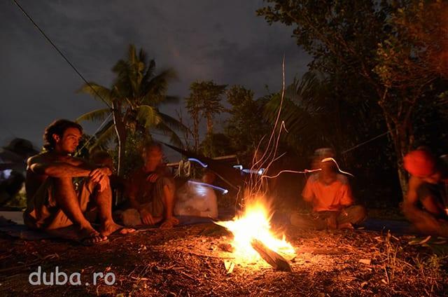 Seara la un foc in curtea casei lui Ongki, cu sageru si povesti.