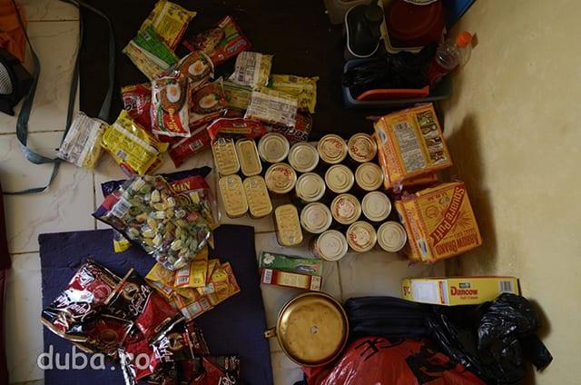 Conserve de peste si vita, biscuiti, supe instant, orez, bomboane, cafea, lapte praf, tutun etc. -  proviziile pentru tura de traversare a Seramului.