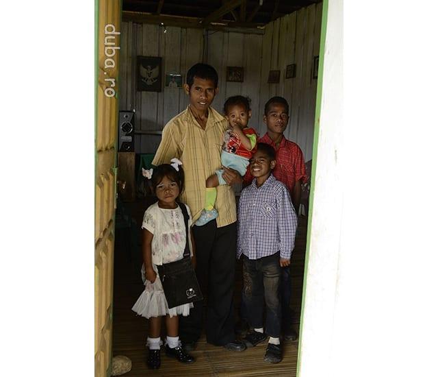 Familia lui Bapak Raja din Manusela gatita pentru slujba de duminica. Am fost neplacut surprinsi sa vedem ca acolo, in mijlocul padurii, la cel putin 3 zile bune de mers pe jos de la un sat cu acces la sosea, misionarii protestanti veniti din Europa au ridicat o biserica din beton si au distrus o cultura.